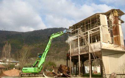 Demolizione di un impianto per la frantumazione degli inerti